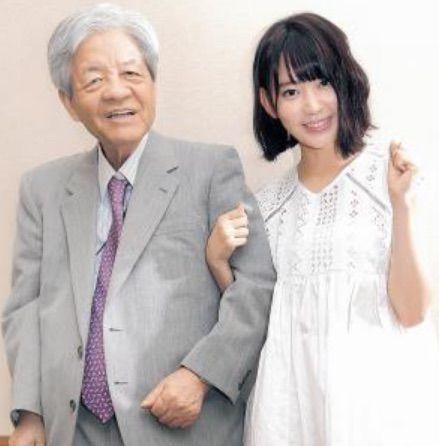 【衝撃画像】AKB48宮脇咲良さん、田原総一郎の腕に胸を当て照れ笑いさせるwwwwww