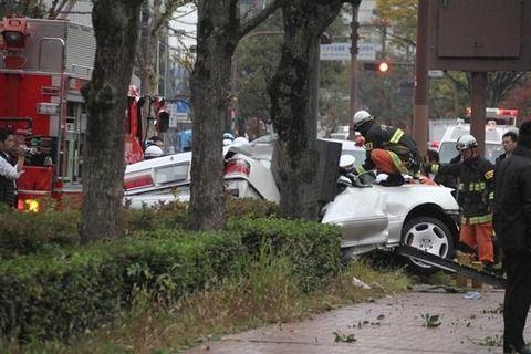 盗難車でパトカーから逃走の17歳クソガキ 街路樹に激突し車が木っ端微塵に