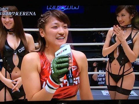 【神画像】格闘家RENAの後ろにラウンドガールの格好がセクシーすぎてヤバいwwwwwww