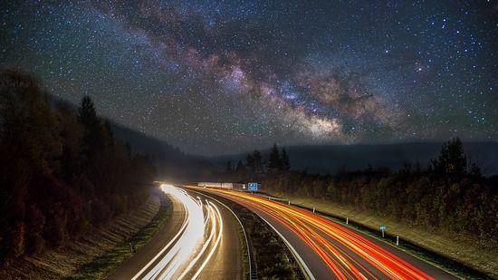 夜の高速道路ってなんかいいよな