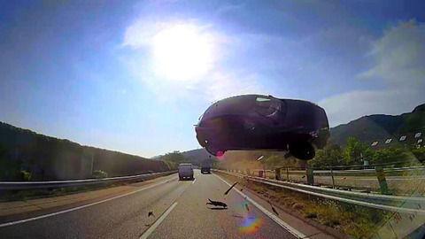 東名高速道路・自動車空中衝突事故!衝突したバスに怪我人が出なかった理由がヤバい・・運転手が・・