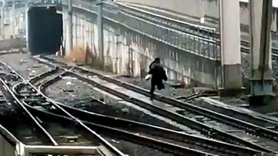 警察「痴漢って言われたからって線路に逃げないで!すぐに逮捕はしないよ!」