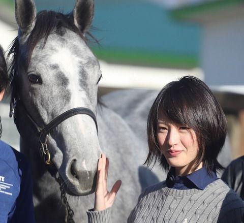 【画像】競馬界のアイドル藤田菜七子さんの最新のルックスが可愛すぎるwwww