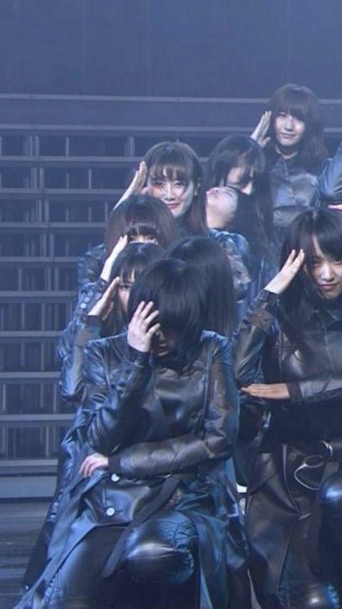 【悲報】欅坂・平手友梨奈が全治1か月の怪我で武道館ライブがひらがなけやきに振り替え→現在運営への批判の声がヤバい事に・・