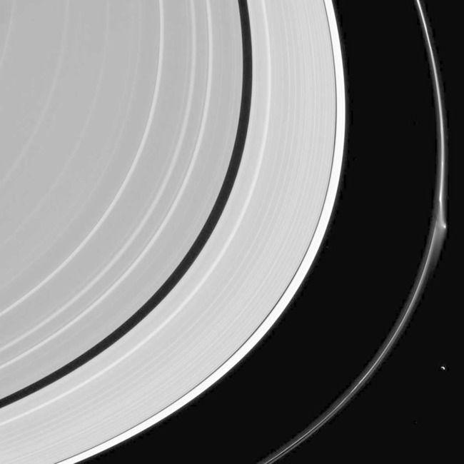 土星の環が一部破れる、カッシーニが撮影 環の中から雪玉の塊を放出か