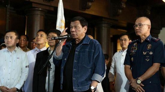 """【フィリピン】ドゥテルテ大統領、""""腐敗警官""""102人を大統領府に呼び付けて「殺すぞ」と威嚇"""