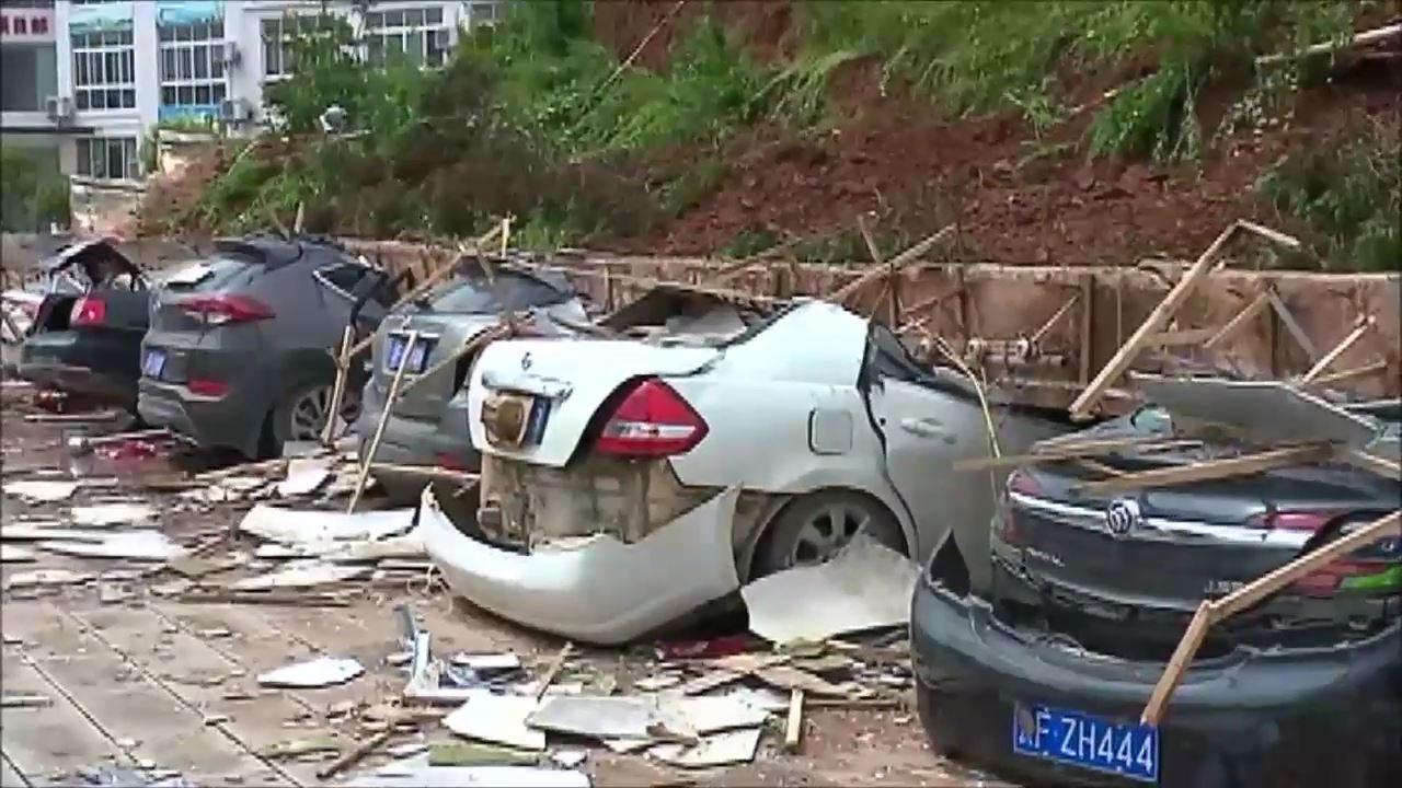 【動画】中国の駐車場の壁が崩壊 車10台がぺちゃんこに