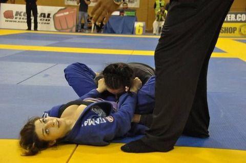 この女子格闘家、試合中おっぱい見えすぎなんだが・・・wwww