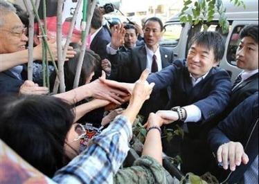 有権者と握手する日本維新の会・橋下徹代表