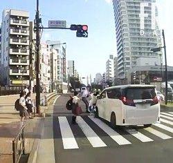 吉澤ひとみ、事故目撃者が窓を叩いて車を降りるよう促すも無視して逃亡