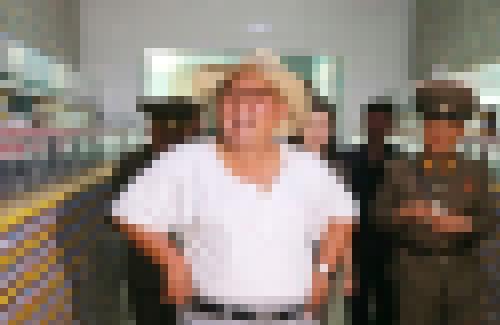 【画像】 北の若大将金正恩さん、サマースタイルで塩辛工場を視察wwww