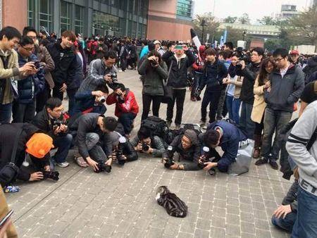 【画像】コスプレイヤーに群がるカメラ小僧という闇wwww
