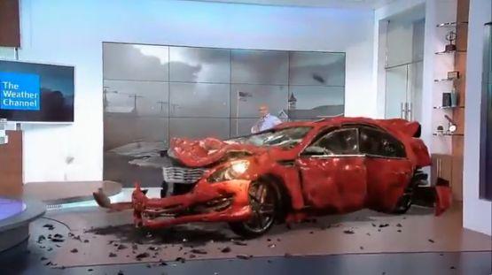 海外の天気番組、竜巻の脅威を伝えていたらスタジオに車や木が吹っ飛んできて大変なことになるwwwww