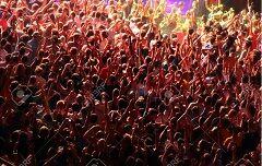 14720749-歓声を上げる群衆-03