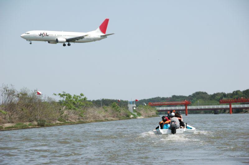 JAL着陸態勢 着陸態勢の日航機。 貞山堀沿いを走る騎馬武者たち。  宮城県名取市長 佐々木いそ