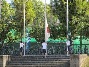 (1)国旗・県旗・校旗掲揚