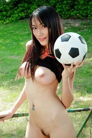露出しながらスポーツしている美女のパンティ丸見え変態エロ画像