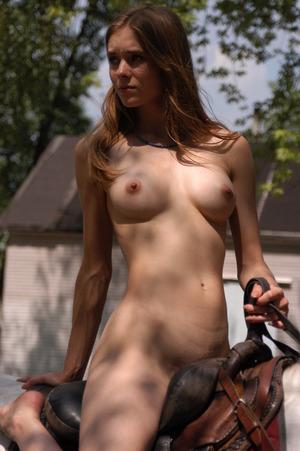 正に騎乗位!? 全裸で馬に乗っている美女の野外露出エロ画像