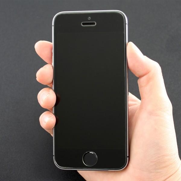 ぱっと見は保護フィルムが貼ってあるようには見えない ※画像のiPhoneは商品に含まれません。