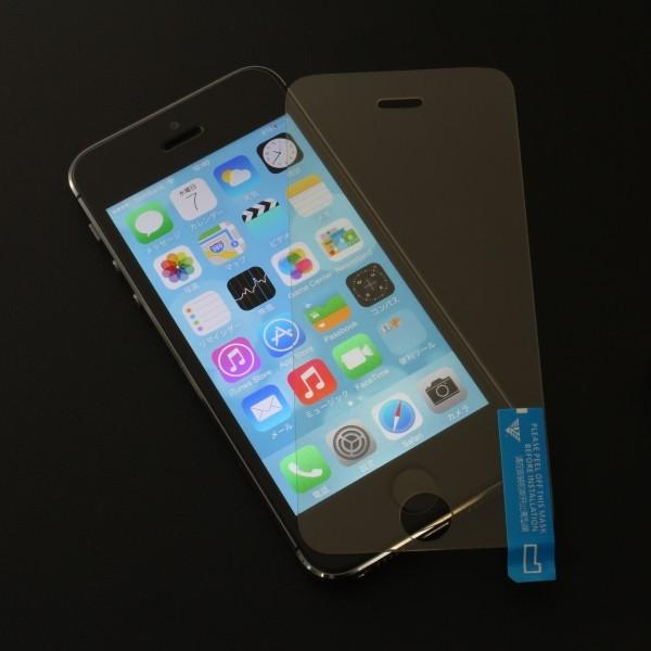 簡単に張り付けることができる ※画像のiPhoneは商品に含まれません。