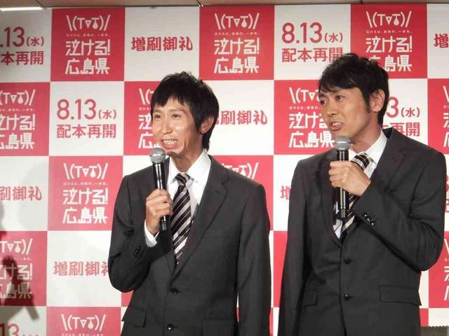 おそろいのスーツとネクタイを着用して登場したアンガールズの二人