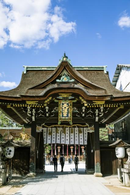 本殿前にある中門は、「三光門」は立派な造りだ