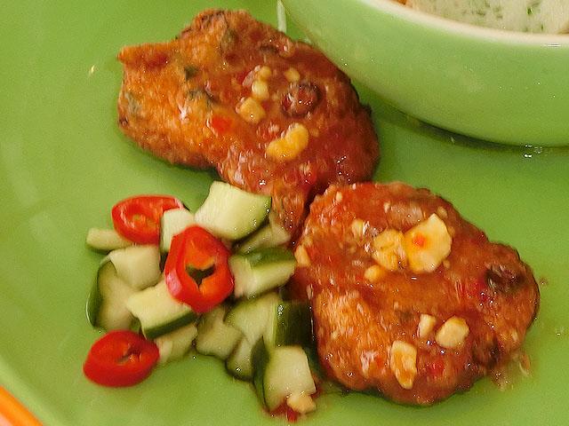 カレー風味のフィッシュケーキ 胡瓜ライタとピーナッツチリソース(タイ)