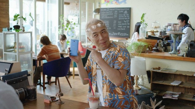 まずはカフェでau WALLETカードを「シュッ」と通すだけで「チャリン」とポイントが貯まる