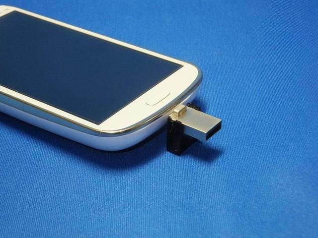 このようにmicroUSBでスマホやタブレットに装着できる。
