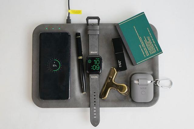 各デバイスの決まった位置に置くだけで充電することができる
