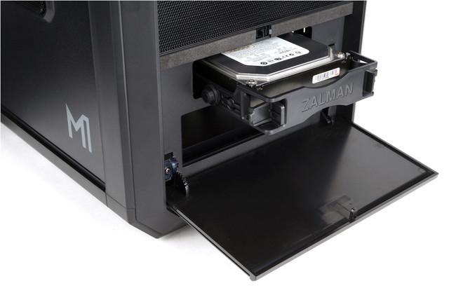 フロント側にも3.5インチHDDを搭載できる。