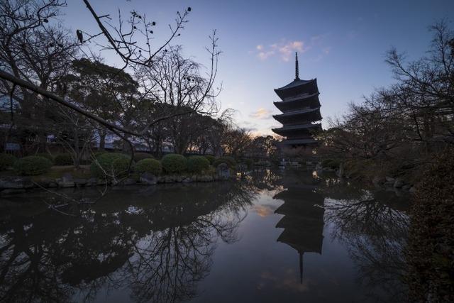 朝焼けとともに水面に反射して美しい五重塔