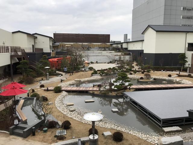 右 足湯からエンターテイメントまで楽しめる巨大な屋上日本庭園