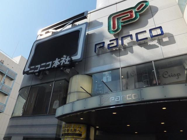 パルコ正面に設置された巨大テレビちゃんモニター(まだ非点灯)