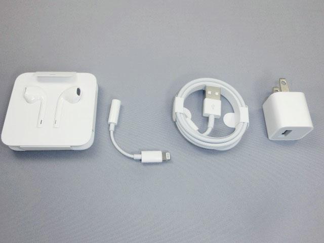 「iPhone 7 Plus」本体のほかに、EarPods with Lightning Connector、Lightning - 3.5 mmヘッドフォンジャックアダプタ、Lightning - USBケーブル、USB電源アダプタなどが同梱される。