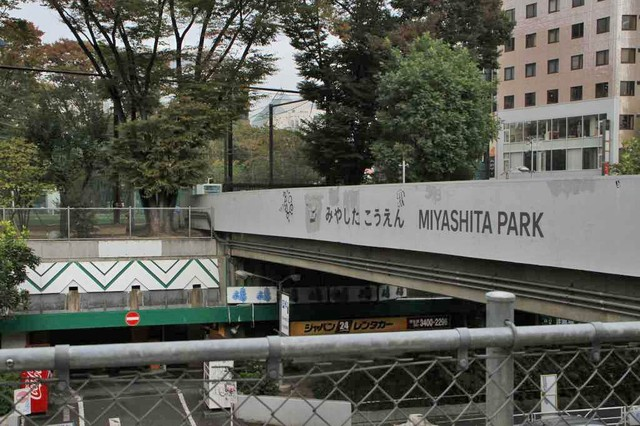 見つけたっ! 宮下公園だ! MIYASHITAの文字にSHITが入っている。
