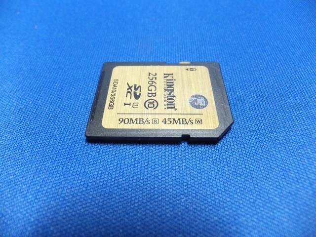 メモリーカード本体上に読み込み90MB/秒、書き込み45MB/秒と書かれている。
