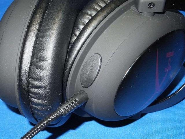 ヘッドホン左スピーカー部にあるメクラ蓋がマイク接続用ジャックだ。
