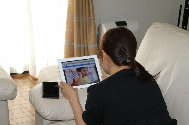 在便携式云中管理家庭照片!与智能手机连接的无线硬盘