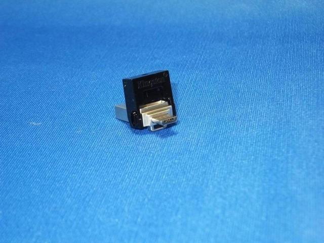 キャップ部分を回転させると隠れていたmicroUSB端子が表れる。