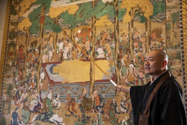 ネコが描かれている大きな「釈迦大涅槃図(しゃかだいねはんず)」