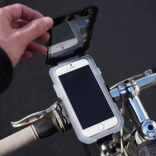 ホルダーを装着したままでiPhone 6の出し入れが可能。