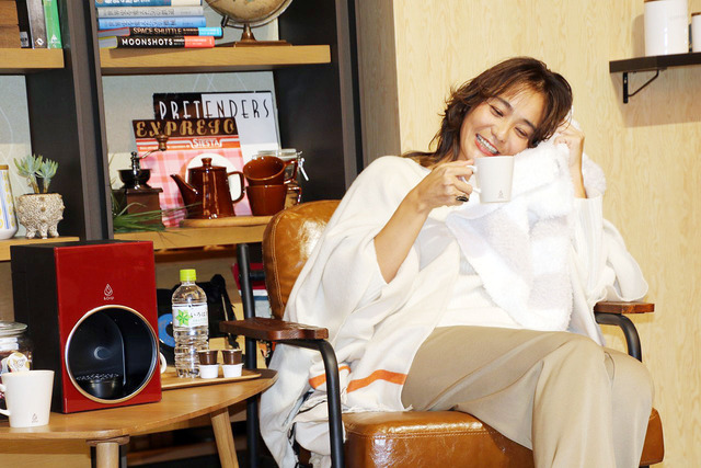 Mama model Rena Takeshita showing off her favorite blanket