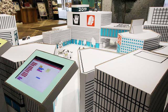 ブロックを並べるだけでaiboを自在に動かせる「aibo×渋谷のまち」