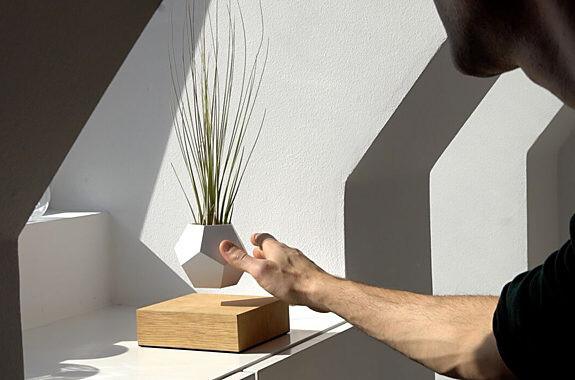 植物が浮かぶプランターを発売