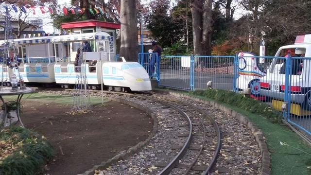 子供が乗った電車が通り過ぎた瞬間、自撮りで実況を入れることが可能だ。