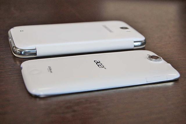 手前がスマートフォン「Liquid Jade」。非常にスリムで、曲線が活かされたデザインだ。