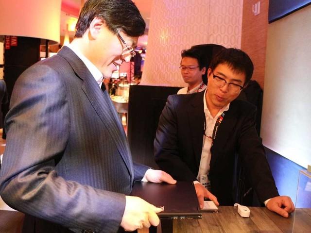 NECの担当者からLaVie Zの説明を受け「Very light!」と喜ぶレノボCEOのヤン・ユァンチン氏