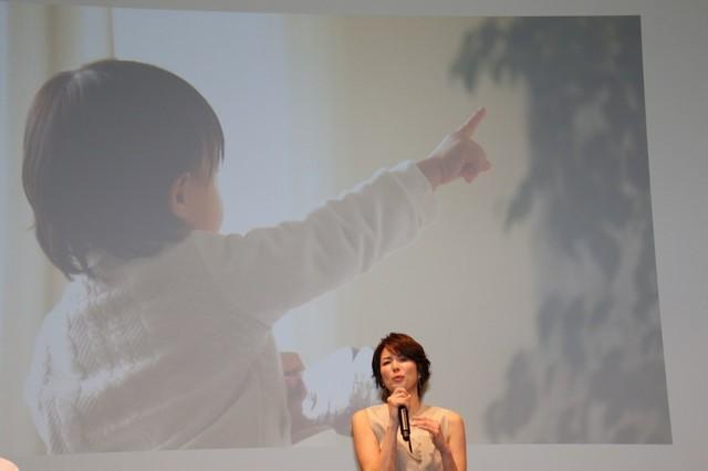 ご自身で撮影されたお子さんの写真について語る、吉瀬美智子さん
