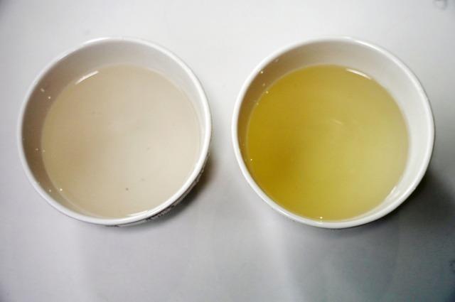 ナスを取り出してみると、右側の電解水素水は色が濃い。